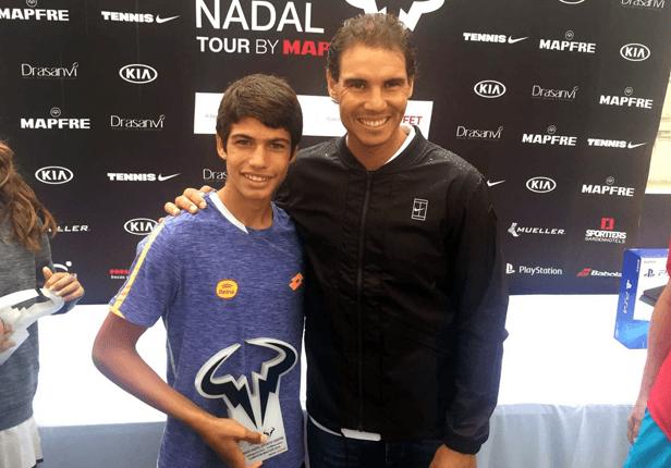 Carlos Alcaraz recibe un premio junto a Rafael Nadal