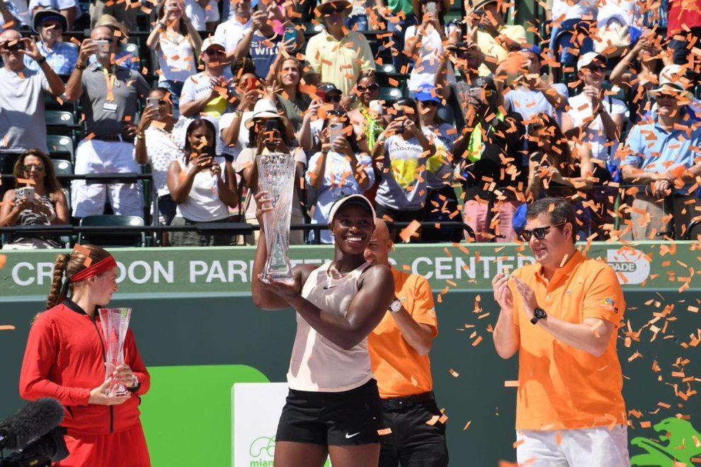 Sloane Stephens posa con el título del Miami Open 2018