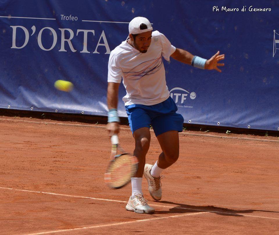 Juan Pablo Paz cortando una bola