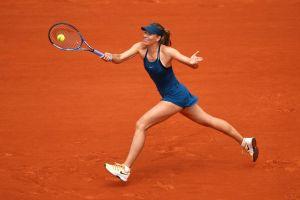 Sharapova golpea una derecha en Roland Garros