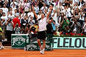Soderling saluda tras conseguir una victoria en Roland Garros