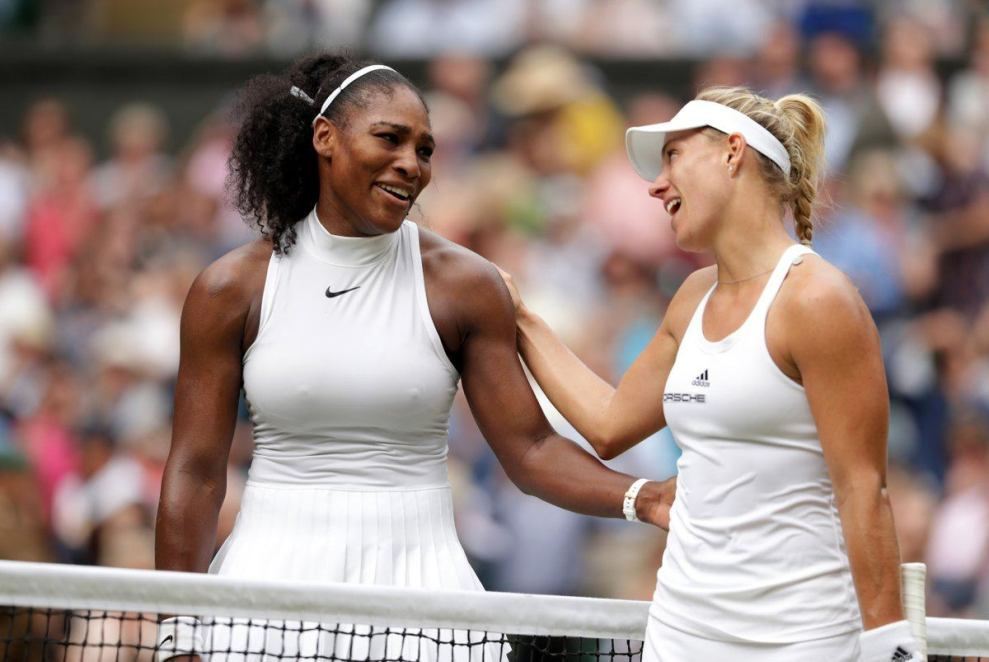 Serena Williams y Kerber se saludan tras la final de Wimbledon en 2016