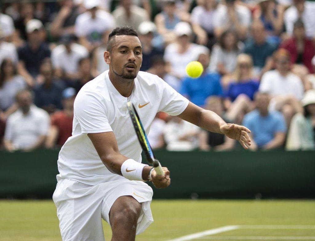 Kyrgios voleando en Wimbledon 2018