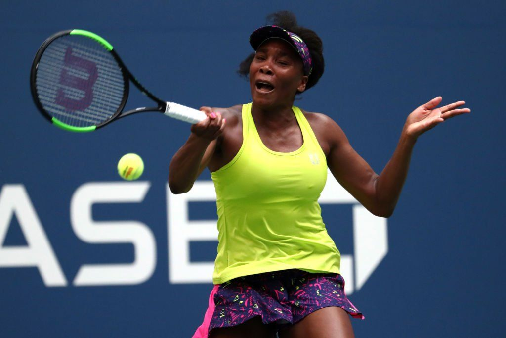 Venus Williams golpea una derecha en el US Open 2018