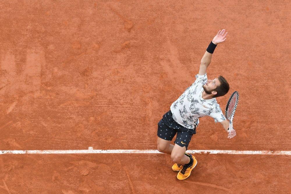 Corentit Moutet sacando en Roland Garros