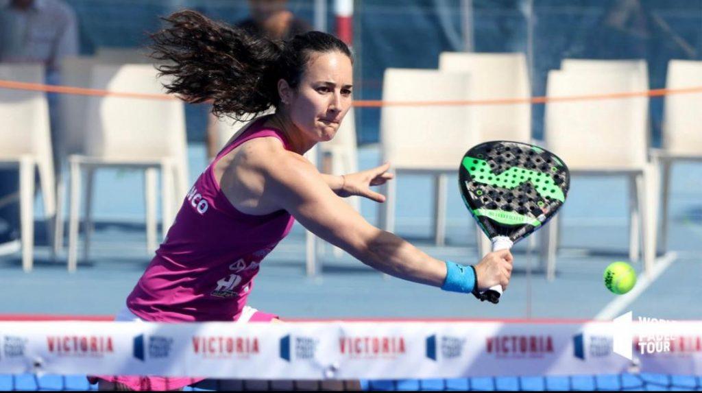 Alicia Blanco voleando durante un partido