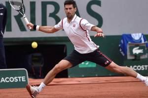 Novak Djokovic disputando un partido en Roland Garros