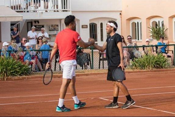 Eduardo Sánchez disputando un partido de tenis con Nico Almagro