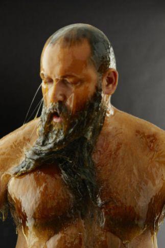 Hombre Barbudo Bañado en Miel