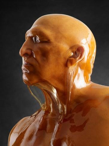 Hombre calvo bañado en Miel