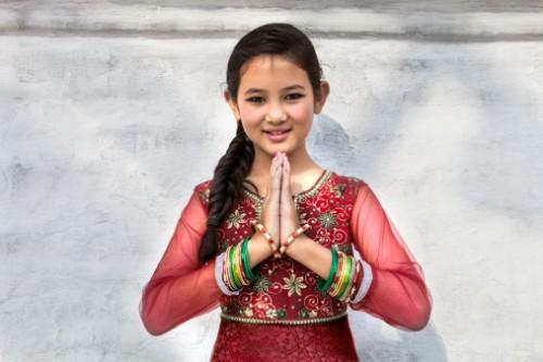 Nepal Niña con manos unidas