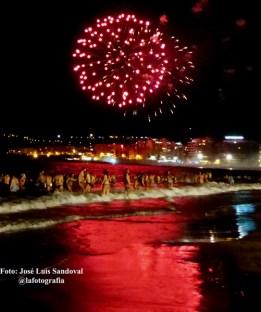Fuegos artificiales y baño en Las Canteras, noche de San Juan 2014