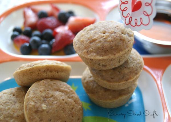 cinnamon-applesauce pancake poppers.  Healthy, freezer-friendly breakfast idea! -canarystreetcrafts.com