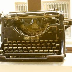 can-blau-old-typewriter