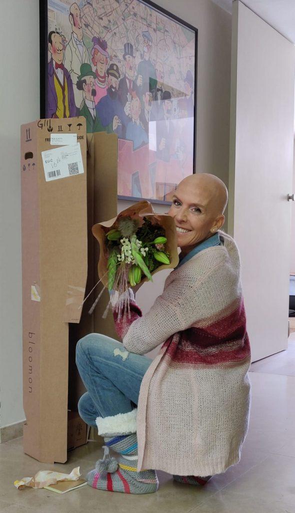 Delphine Remy avec un bouquet de fleurs