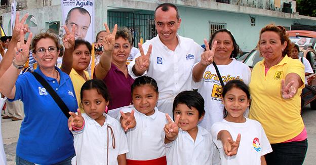Julián Aguilar entrega