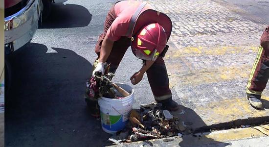 bomberos retiran basura alcantarillas