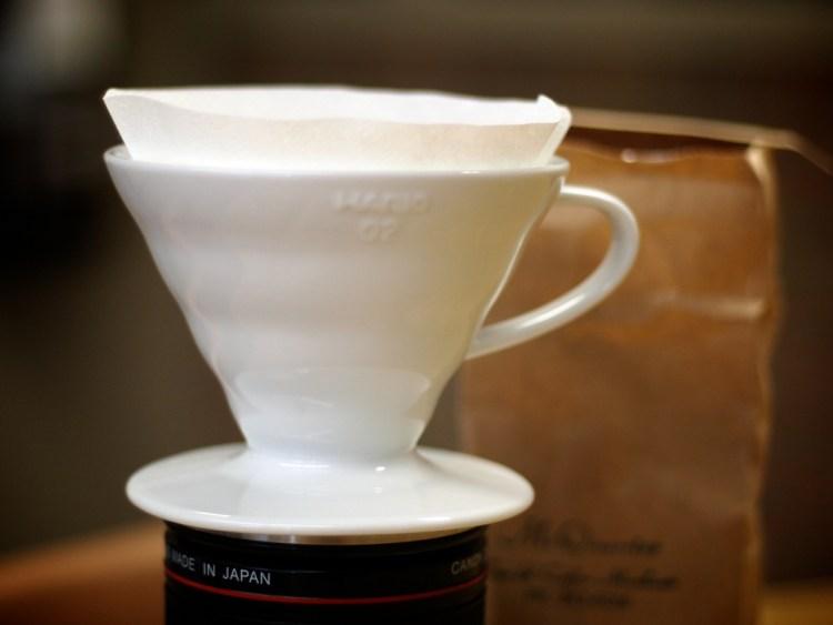 v60 dripper coffee brewing
