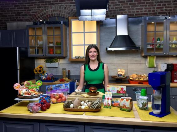 Nutrition expert Toby Amidor, MS, RD shares healthy snack and drink options for kids and parents on the go! Image courtesy of Twitter.com/NewsMediaGrp