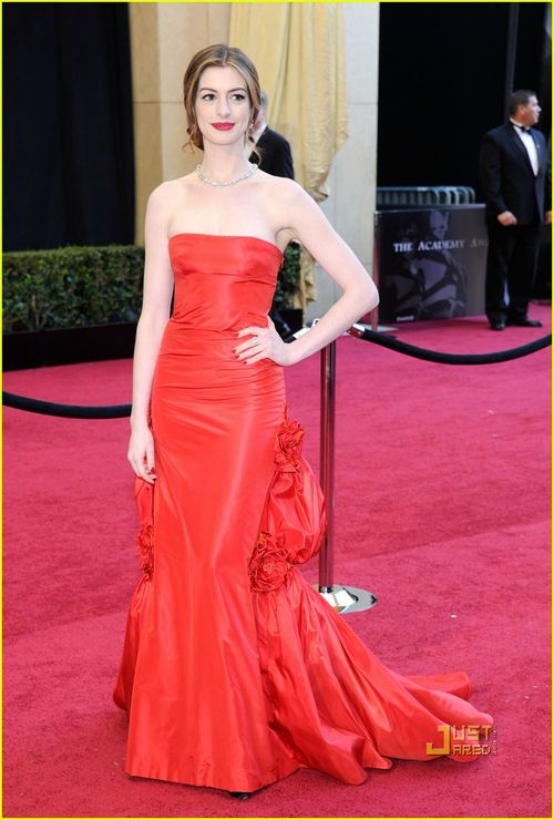 Anne-hathaway-oscars-red-carpet-2011-05