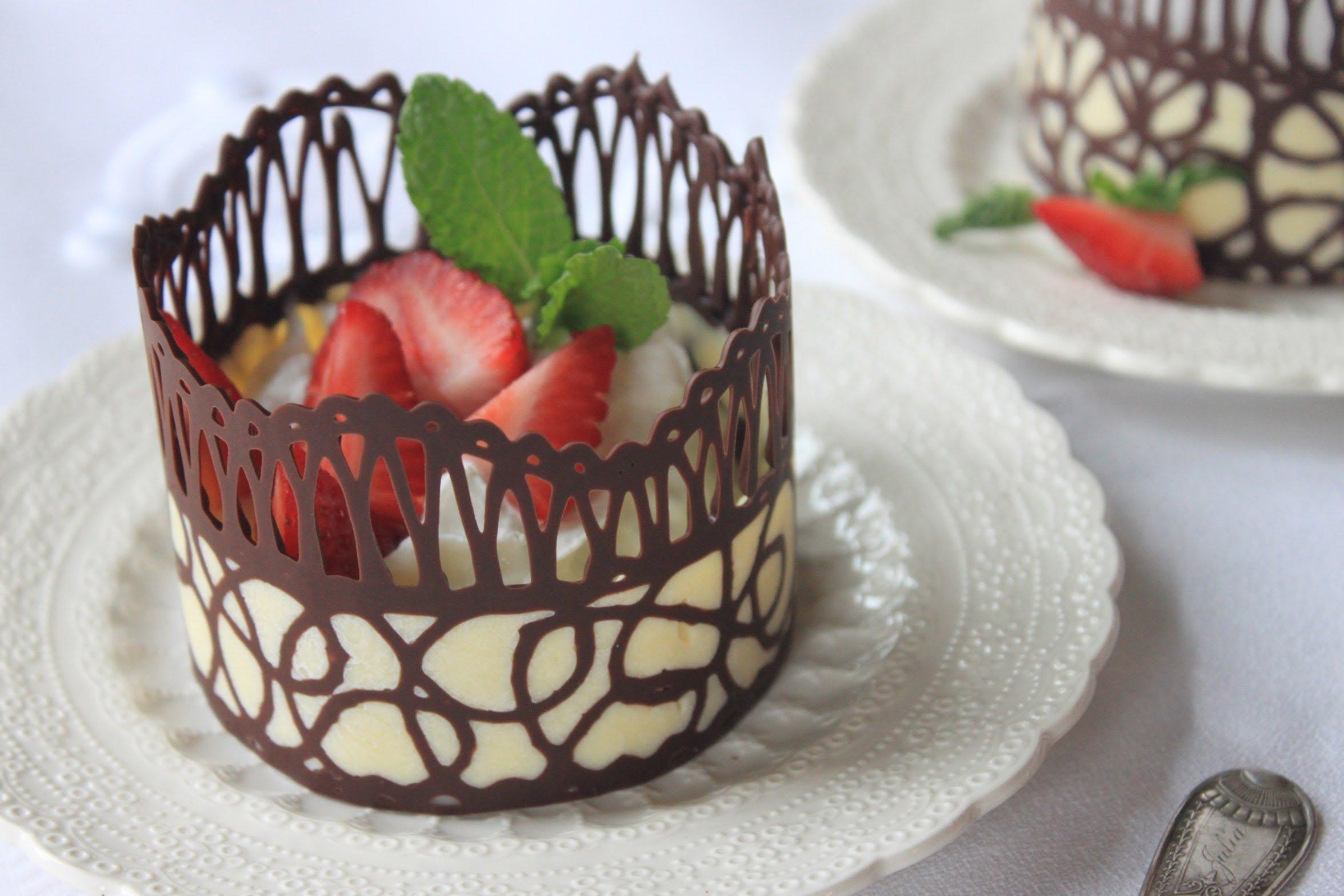 Csokoládé csipkével díszített desszert