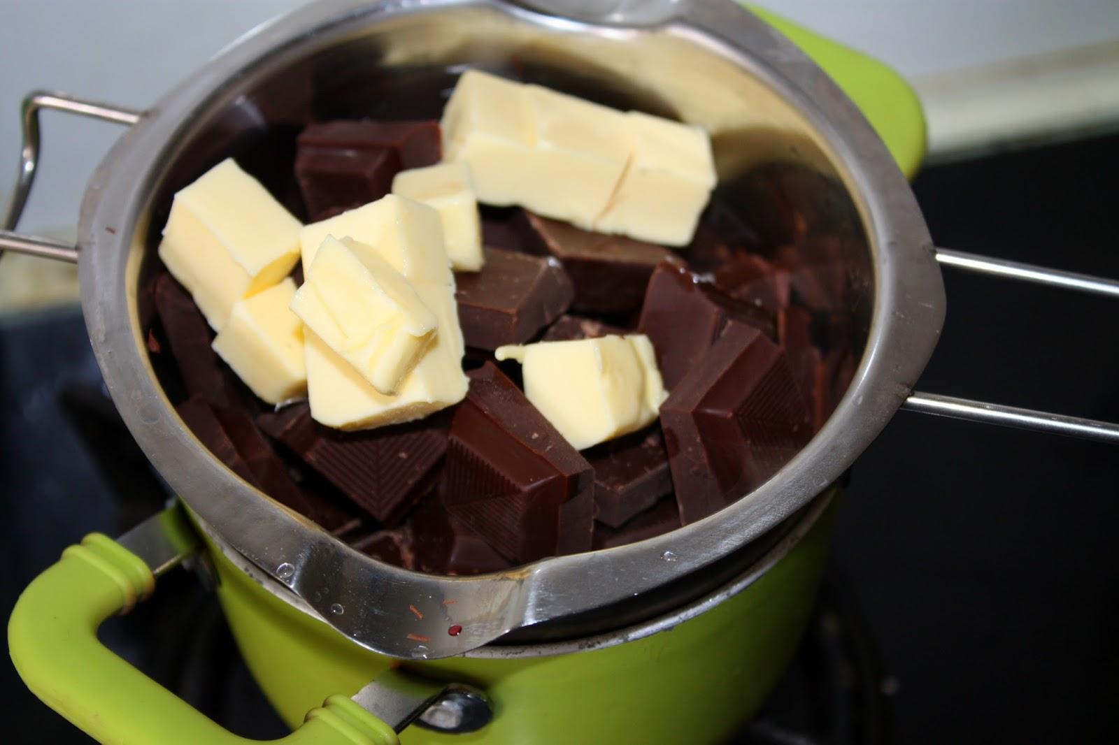 A csokoládét vízfürdőben megolvasztjuk