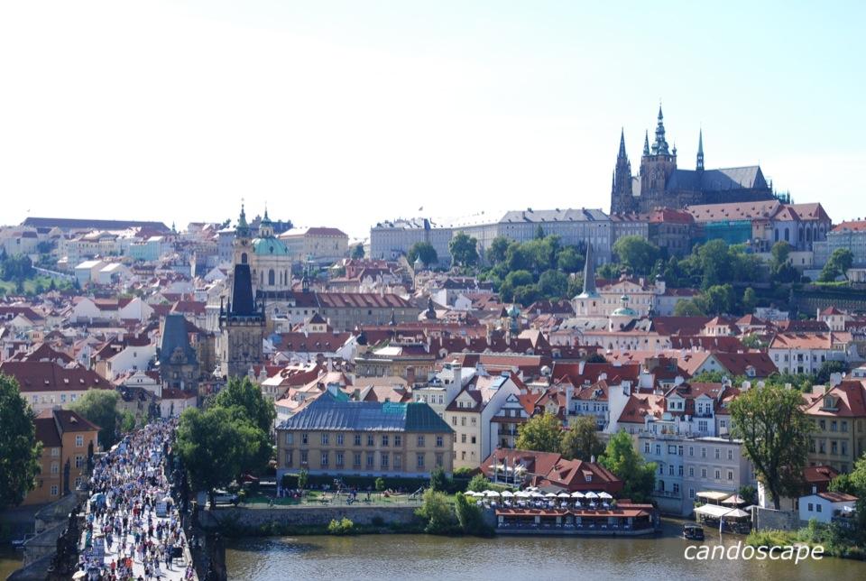 プラハ城と美しい城下町と偉人の像が並ぶカレル橋が全部見える景色に感動