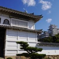 姫路城の入口の門から見る天守閣