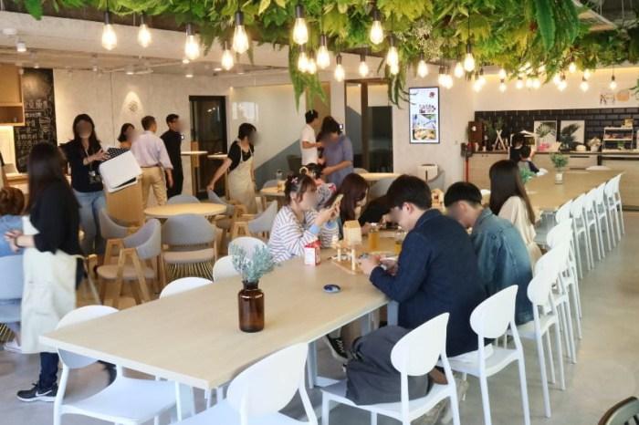 開放80米高空享用知名甜點「蒔初」,另有免費吃到飽與無限暢飲的星客匯共享空間