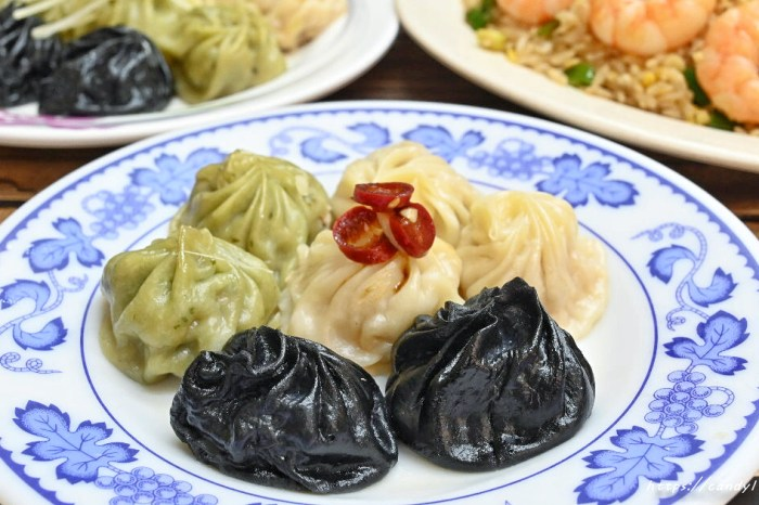 台中湯包也出現黑色湯包啦!東東飯館湯包不只黑還會噴汁!還有三色湯包,用餐時間人潮較多,建議先電話預訂~