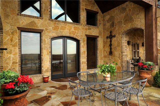 10707 outdoor dining