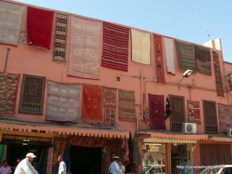 Fachada de uma loja de tapetes à entrada da medina de Marrakech