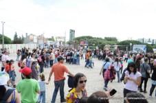 A zona da entrada principal às 16h00 (meia-hora depois da abertura das portas)