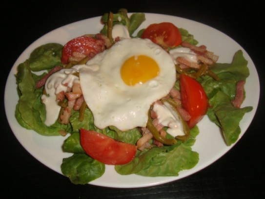 salade composée, tomate, haricots verts, lardons et oeuf au plat.jpg
