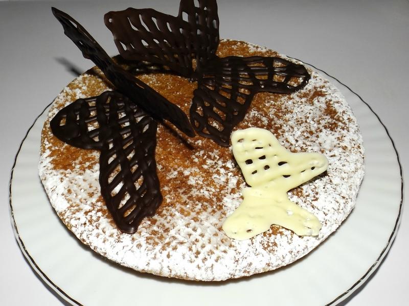 Gâteau au chocolat blanc et aux fraises.jpg