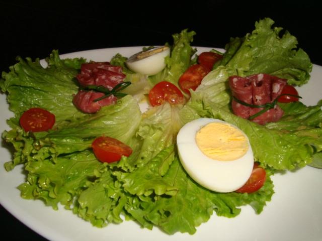 Aumônières de rosette de Lyon au fromage en salade