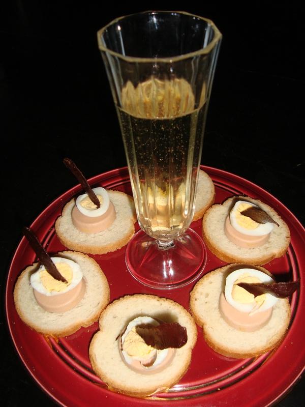 Canapés au foie gras, oeuf de caille et chips de magret de canard fumé2