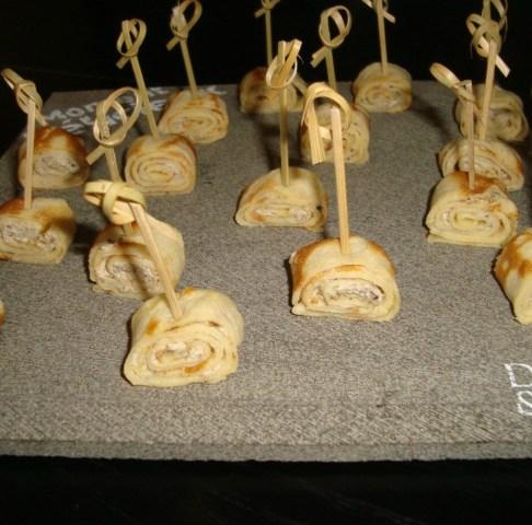 Crêpes roulées au fromage frais et à la tapenade pour l'apéro