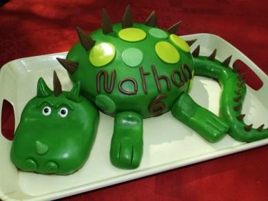 Gâteau Dinosaure pour les 6 ans de Nathan ( pâte à sucre )2