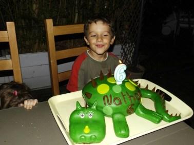 Gâteau Dinosaure pour les 6 ans de Nathan ( pâte à sucre )5