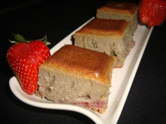 Gâteau aux fraises et au jus de rhubarbe