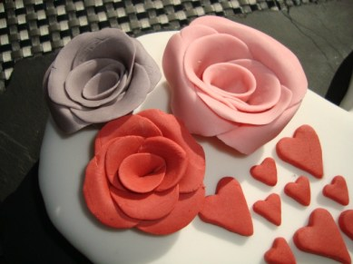 Gâteau en forme de coeur avec des roses en pâte à sucre2