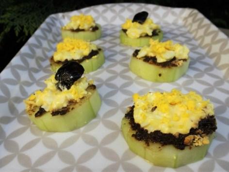 Canapés de concombre à la tapenade noire façon mimosa2
