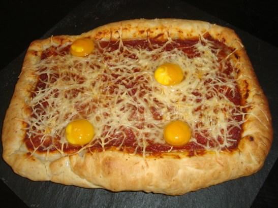 Pizza aux poivrons tomates chorizo et aux oeufs de caille.jpg