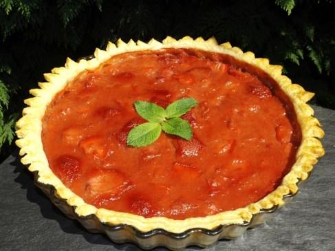 Tarte feuilletée à la rhubarbe et aux fraises.jpg