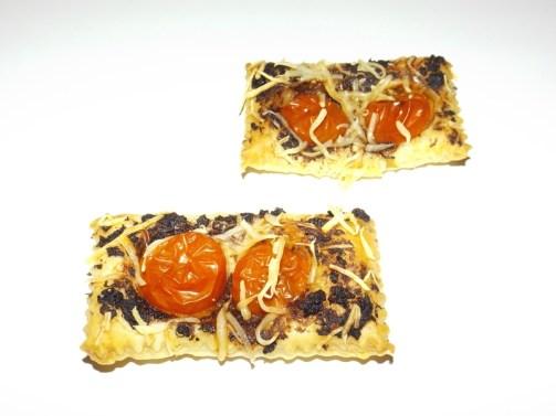 Toasts feuilletés à la tapenade noire et aux tomates cerise
