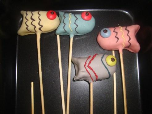 Mes poissons colorés en cake pops.jpg