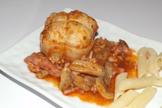 Paupiettes de porc à la tomate, aux champignons et aux lardons