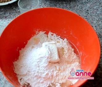 susam ve yumurta beyazı hariç tüm malzemeleri kaba alıp yoguruyoruz.