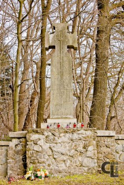 Krzyż maltański z reliefem miecza i datami 1914-1916